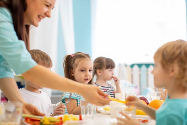 Dzieci, które uczą się stacjonarnie (przedszkolaki i uczniowie klas 0-3), mają zapewnione wyżywienie w szkole na dotychczasowych zasadach.