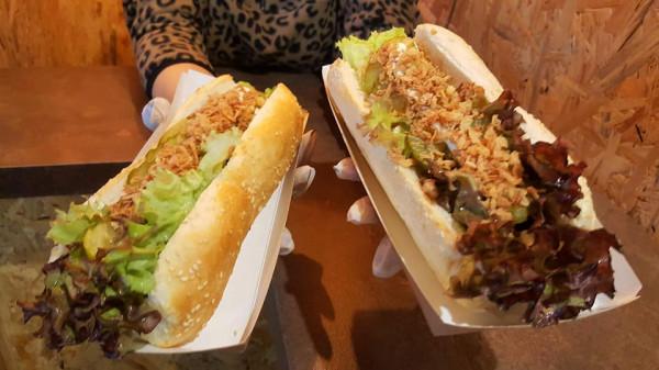 W Hot Doggie posiłki są tylko wegańskie, co wywołuje zdziwienie wśród nowych klientów.
