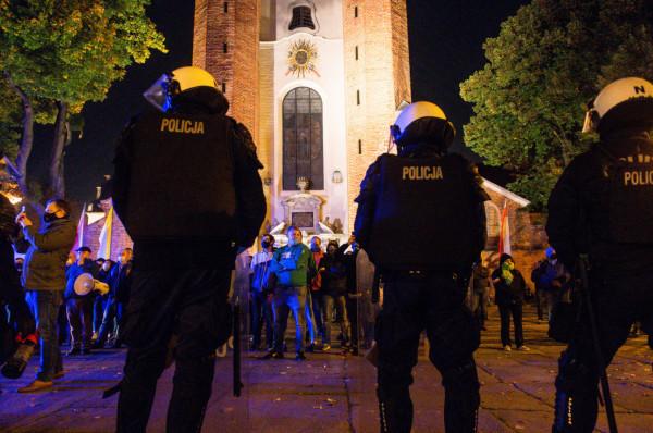 Funkcjonariusz: to policja jest od zabezpieczania budynków i dbania o bezpieczeństwo.