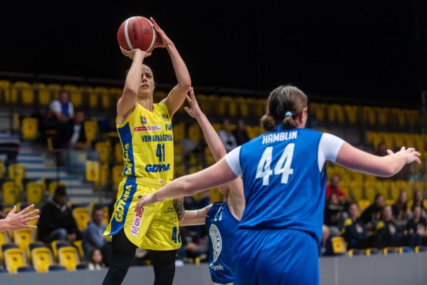 Derby koszykarek były wyrównane do wyniku 6:6. Wówczas VBW Arka rozpoczęła serię 20 zdobytych pkt z rzędu. Na zdjęciu Barbora Balintova, której zabrakło asysty do double-double.