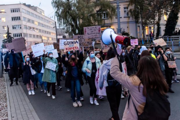 Od kilku dni na ulicach odbywają się protesty przeciwko decyzji Trybunału Konstytucyjnego.