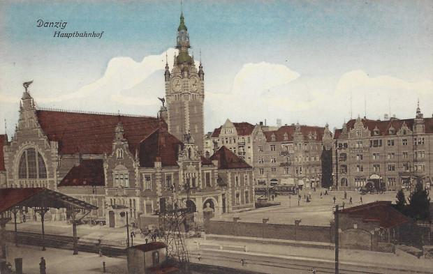 Dworzec na fotografii z 1916 r. Żadna z widocznych w tle kamienic nie istnieje.