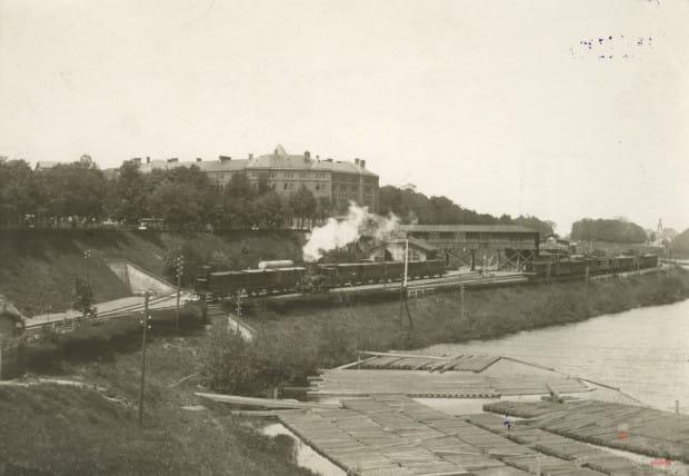 Dworzec powstał w miejscu, gdzie znajdowały się dawne obwarowania: fosa i wały. W tle widoczny budynek przy ul. 3 Maja, w którym do niedawna siedzibę miał Urząd Pracy.