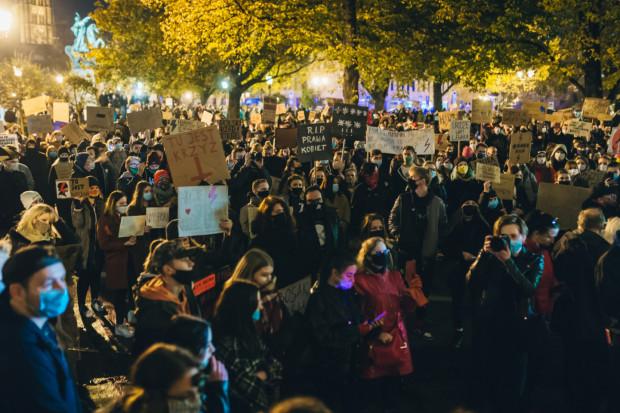 Protesty nie tracą na sile. Czasem jednak trudno stwierdzić, czy ich uczestnicy występują przeciwko decyzji Trybunału Konstytucyjnego, czy może wykorzystują okazję, aby krytykować partię rządzącą za całokształt.