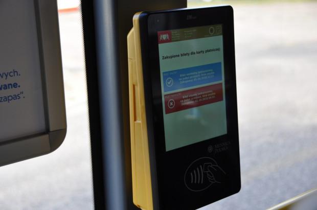 23 biletomaty zainstalowano w autobusach linii jadących na lotnisko w Gdańsku. Niestety do 2023 r. nie ma co liczyć na zwiększenie liczby urządzeń.