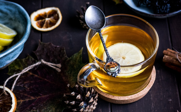 Gdy w domowej kuchni mamy cytrynę, miód, imbir i czosnek nie trzeba wydawać fortuny w aptece, aby zadbać o swoją odporność.