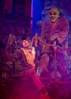 Podróż do zamku Smoczycy pełna jest niebezpieczeństw. Dzielny Shrek wybawi swojego kompana z opresji. Ten odwzajemni mu się nieco później, ale za to niezwykle efektownie.