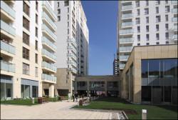 Wewnętrzne patio między wieżami Quattro Towers.
