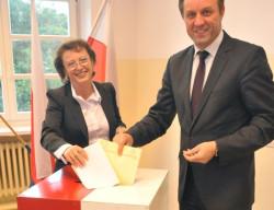 Marszałek Mieczysław Struk głosował z żoną Mariolą.