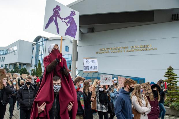 Protest studentów Uniwersytetu Gdańskiego na terenie uczelni.