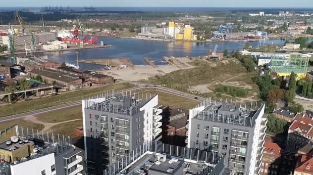 Nad blokami widać skrzyżowanie ul. Popiełuszki i Rybaki Górne - w tym miejscu zaczynał się będzie drugi etap Nowej Wałowej, która ma dotrzeć aż do ul. Elbląskiej.