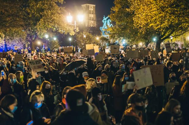 W Polsce - również w Trójmieście - trwają wielotysięczne protesty, mimo obostrzeń związanych z epidemią koronawirusa.
