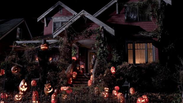 Halloweenowe propozycje filmowe to przede wszystkim horrory. Szczególnym zamiłowaniem widzowie darzą te produkcje, których akcja rzeczywiście rozgrywa się podczas popularnego amerykańskiego święta.