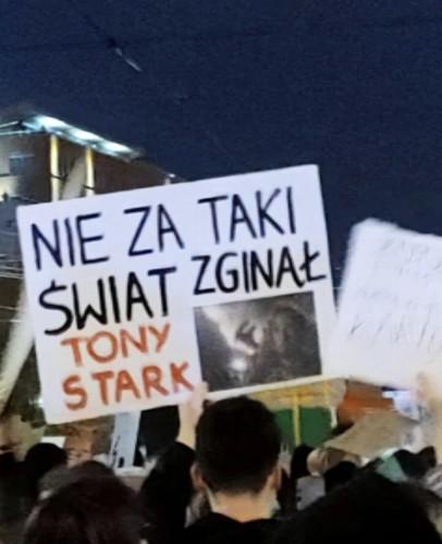 Memy i hasztagi trafiły na plakaty protestujących w sprawie decyzji Trybunału Konstytucyjnego.