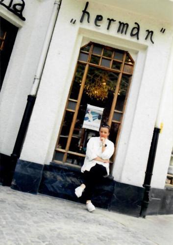 Pierwsza współwłaścicielka Błękitnego Pudla, Ewa Herman. Zanim otworzyła restaurację, prowadziła tu galerię sztuki.