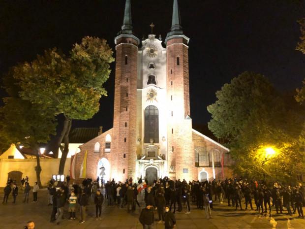 Tłum przed katedrą w Oliwie.