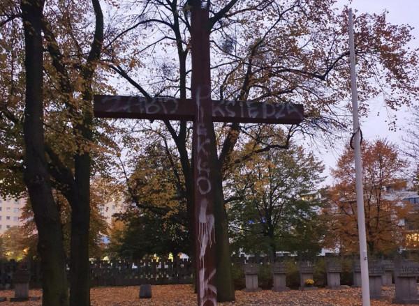 Nieznany sprawca zniszczył krzyż na cmentarzu na Zaspie.