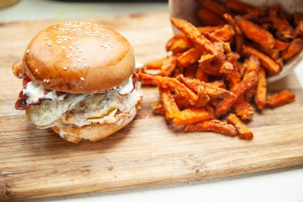 Burger classic z frytkami z batatów od Ludoviska