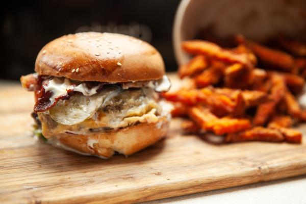 """Zamiast cyklu """"Jemy na mieście"""" i testu restauracji zamawiam jedzenie do domu. Tym razem próbuję burgerów."""