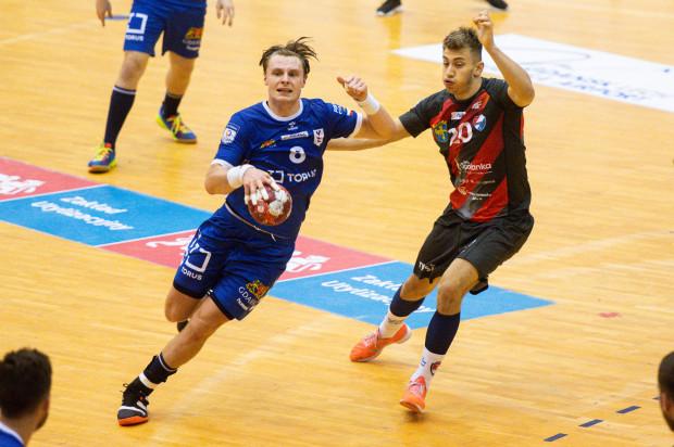 Piłkarze Torus Wybrzeża Gdańsk po trzytygodniowej przerwie wrócili do rozgrywek, ale w osłabionym składzie przegrali z Gwardią Opole. Na zdjęciu Krzysztof Gądek i Wiktor Kawka (nr 20).