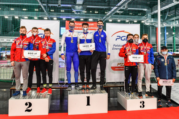 Łyżwiarze Stoczniowca (w środku) na podium biegu drużynowego. Gdańszczanie zdominowali mistrzostwa w  Tomaszowie Mazowieckim.