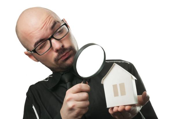 Przy zakupie nieruchomości trzeba wziąć pod lupę jej stan techniczny, prawny, finansowy. Umowa z pośrednikiem określa, czy należy to do jego obowiązków.
