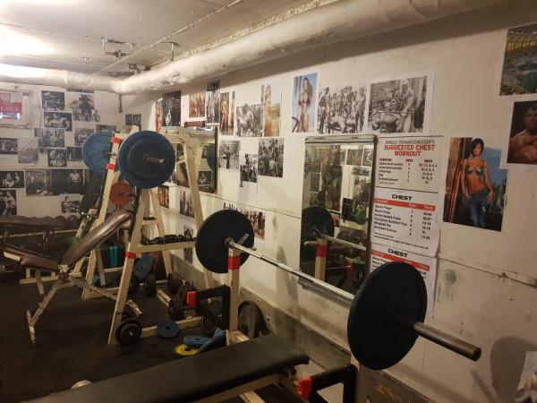 Osiedlowa siłownia w piwnicy.