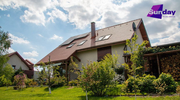 Panele fotowoltaiczne na dachu domu - prosta droga do oszczędzania.