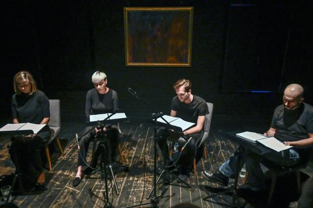Przy czytaniach performatywnych aktorzy nie muszą wygłaszać tekstów z pamięci. Na zdjęciu: czytanie w Teatrze BOTO, 2019 r.