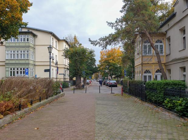 Utworzenie woonerfu na ul. Parkowej będzie stanowiło przedłużenie strefy pieszej rozciągającej się od placu Zdrojowego przez skwer ks. Otto Bowiena oraz park Marii i Lecha Kaczyńskich.