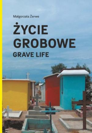 """""""Życie grobowe"""" jest książką multimedialną: na pograniczu obrazu, dźwięku i słowa."""