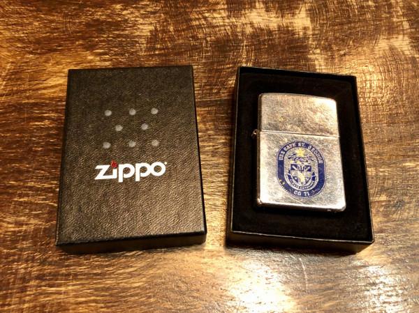 """Zapalniczka Zippo. Podarował ją Dariuszowi jeden z amerykańskich żołnierzy, którzy pewnego razu odwiedzili Błękitnego Pudla. Byli tak zachwyceni gościną, że podarowali mu upominek. Wtedy taka zapalniczka to było """"coś""""."""