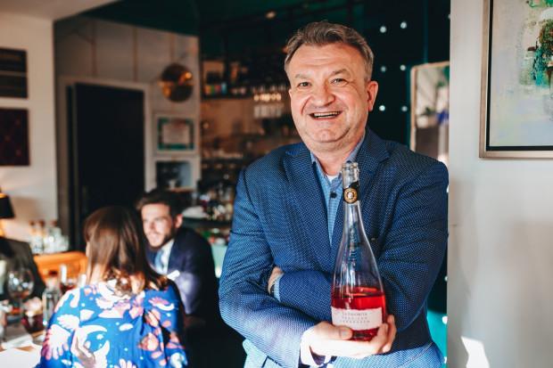 Dziś Dariusz Knyszyński pracuje u importera włoskich win Noma w Gdyni, zajmuje się szkoleniami z wiedzy o etykiecie oraz dystrybucją wina. Mieszka na Chełmie w Gdańsku. Zdjęcie wykonano podczas wieczoru wybornych deserów w Szmaragdowej Cafe w Gdyni (2019 rok).