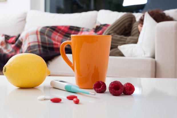 Osłabienie, bóle mięśni, wysoka temperatura, zaburzenia a nawet utrata węchu i smaku - to jedne z wielu dolegliwości, z jakimi zmagają się osoby chorujące na COVID-19 w domu. Ulgę przynosi jedynie leczenie objawowe - leku na tę chorobę jeszcze nie wynaleziono.