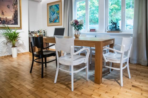 Parter domu składa się z przestronnej części dziennej z jadalnią, hallu, osobnej kuchni, dwóch sypialni, pokoju dziecka, dwóch łazienek i sauny.