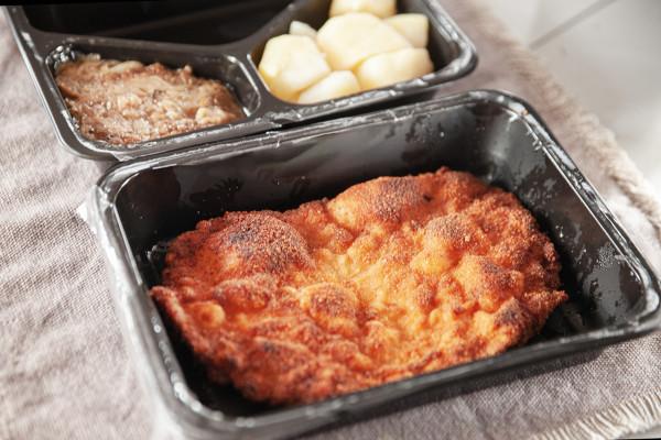 Kotlet schabowy z ziemniakami i kapustą od restauracji Żabusia.