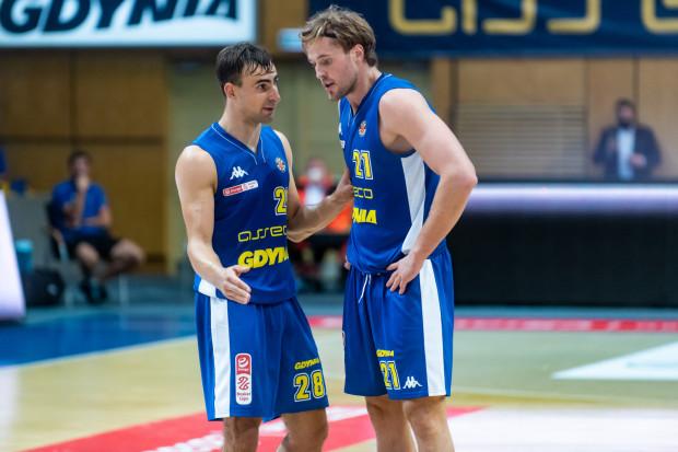 Koszykarze Asseco Arki mają o czym rozmawiać po koszmarnym występie w Zielonej Górze. Na zdjęciu Przemysław Żołnierewicz (z lewej) i Mikołaj Witliński.