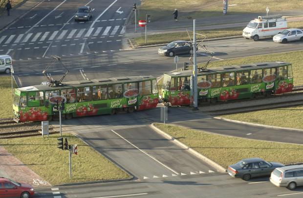 Zyski z ewentualnego powrotu reklam na gdańskie tramwaje i autobusy  nie byłyby tak duże, jak można by się spodziewać. Ekspert z branży reklamowej tłumaczy, że mowa o kwotach dziesiątek, najwyżej setek tysięcy złotych. Zdjęcie z 2008 roku.