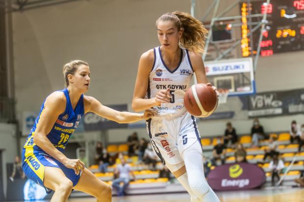 Kamila Borkowska (z piłką) ma 18 lat i mierzy 200 cm. Niemal cały poprzedni sezon straciła przez zerwane więzadła w stawie skokowym, a dziś gra w Energa Basket Lidze Kobiet i została powołana do dorosłej reprezentacji Polski.