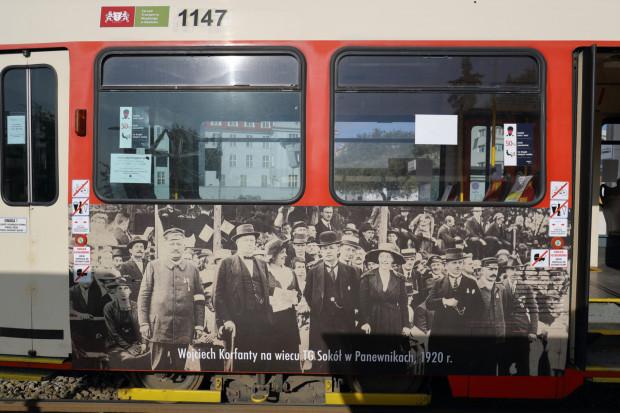Gdańskie tramwaje są obecnie oklejane w przypadku promowania kampanii społecznych. Latem tego roku przez tydzień po mieście jeździł tramwaj przypominający o 100. rocznicy wybuchu II powstania śląskiego.