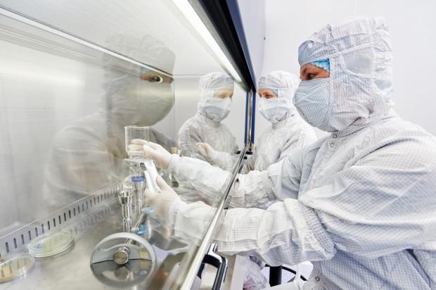 """Uczeni na całym świecie """"wywrócili swoje laboratoria do góry nogami"""", odkrywając tajemnice koronawirusa."""