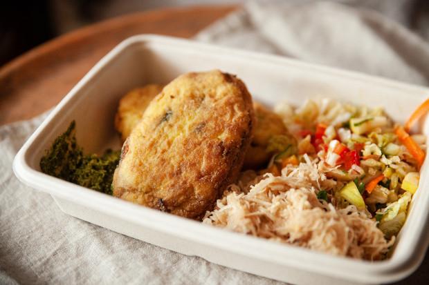 """W kolejnym odcinku tymczasowo odmienionego cyklu """"Jemy na mieście"""" testuję zamówione do domu dania obiadowe. Na zdjęciu: kotlety ziemniaczano-kalafiorowe z surówkami od bistro Food Art."""