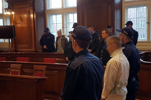 Sprawcy porwania podczas ogłaszania wyroku przez sąd pierwszej instancji.