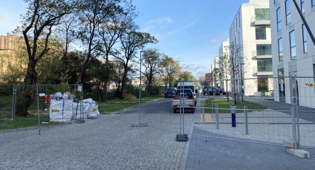 Ul. Arkadiusza Rybickiego wzdłuż nowych budynków na razie jest zamknięta. Bedzie otwarta w nowym roku, po zakończeniu wszystkich prac.