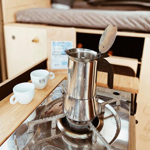 """""""Pro tip: do kawiarki wlej gorącą wodę (do wysokości zaworka bezpieczeństwa), kawy nasyp do sitka na full, ale nie ubijaj. Jak tylko zacznie bulgotać to szybko zdejmij kawiarkę z ognia. Będzie smaczniej. Serio"""" - piszą specjaliści od kawy."""