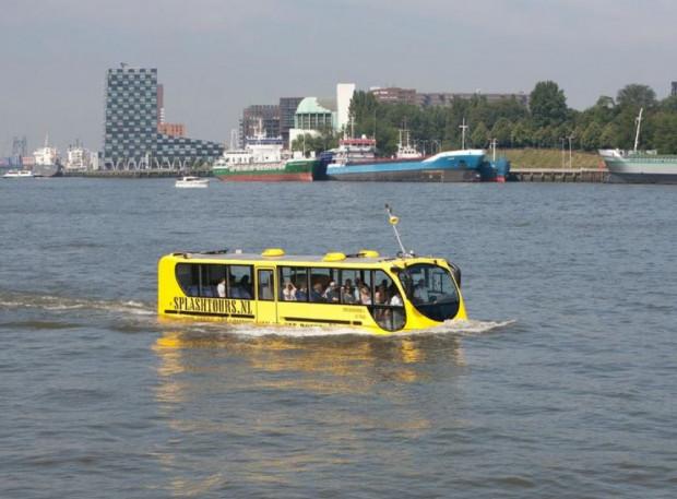 Pływające autobusy są atrakcją turystyczną w Amsterdamie i Rotterdamie.