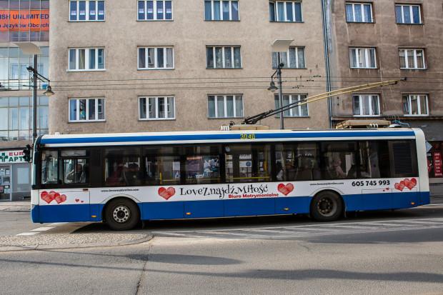 W Gdyni reklamy na karoseriach mogą być umieszczane tylko na bokach i z tyłu pojazdu, na powierzchniach malowanych na biało.