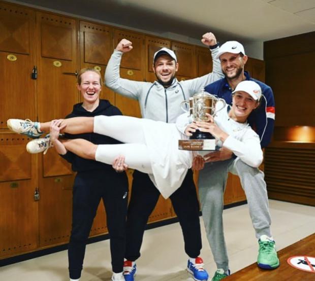 Iga Świątek i jej sztab po zwycięstwie we French Open. Trener Piotr Sierzputowski (w środku).