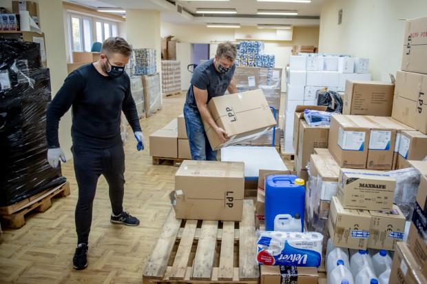 - Na początku pandemii wszyscy chcieli pomagać. W każdy z możliwych sposobów. Obecnie, kiedy emocje opadły, tych rąk chętnych do pomocy nie ma już tak wiele. Tymczasem potrzeby nie maleją, a wręcz przeciwnie - drastycznie rosną - mówi Agnieszka Pawlak-Lewandowska, dyrektor Wojewódzkiego Szpitala Zakaźnego w Gdańsku. Na zdj. rozładowywanie transportu darów dla szpitala, w którym pomagali wolontariusze, m.in. senator Ryszard Świlski (po lewej) oraz Jakub Popławski z fundacji Onkocafe.