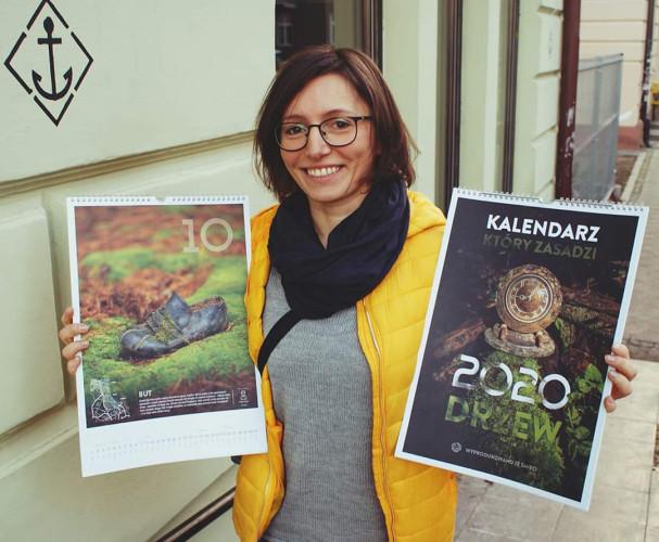 Maria Kuziemka z kalendarzem, przedstawiającym śmieci znalezione na terenie trójmiejskich lasów,